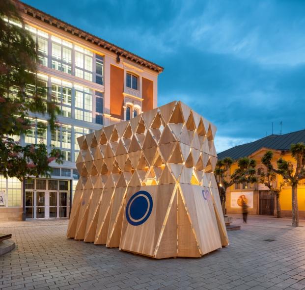 Manuel Bouzas con origami en el pabellón para festival de arquitectura y diseño en logroño concentrico 03