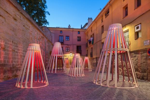 cubas de madera en la muralla de revellin en logroño de DP Architects para el festival de arquitectura y diseño en logroño