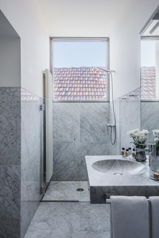 marmol en bano en mini apartamento en Oporto diariodesign