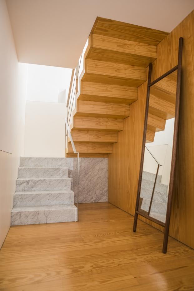 escalera de madera y marmol en mini apartamento en oporto en diariodesign