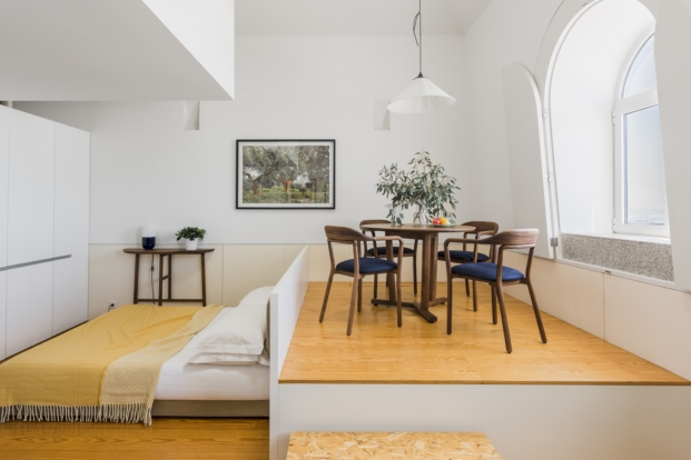 dormitorio y salon de un mini apartamento de alquiler en oporto de de la espada