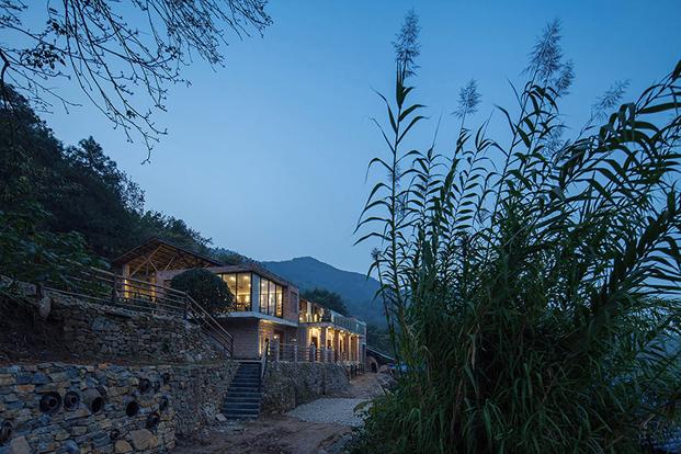 vista nocturna del restaurante de ladrillo chino en Tian Qi
