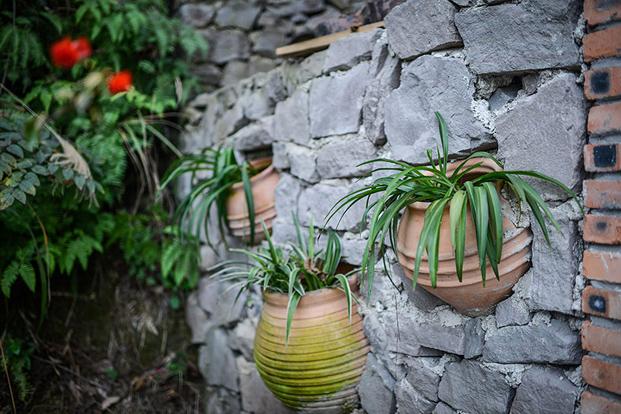 ollas de ceramica en las paredes de ladrillo