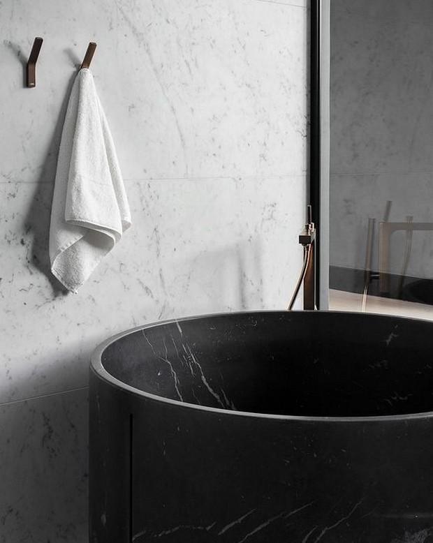 reformas en el bano de una bañera con marmol negro