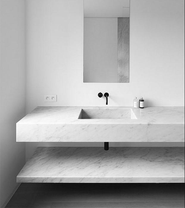 reformas en el bano de un lavamanos con marmol blanco