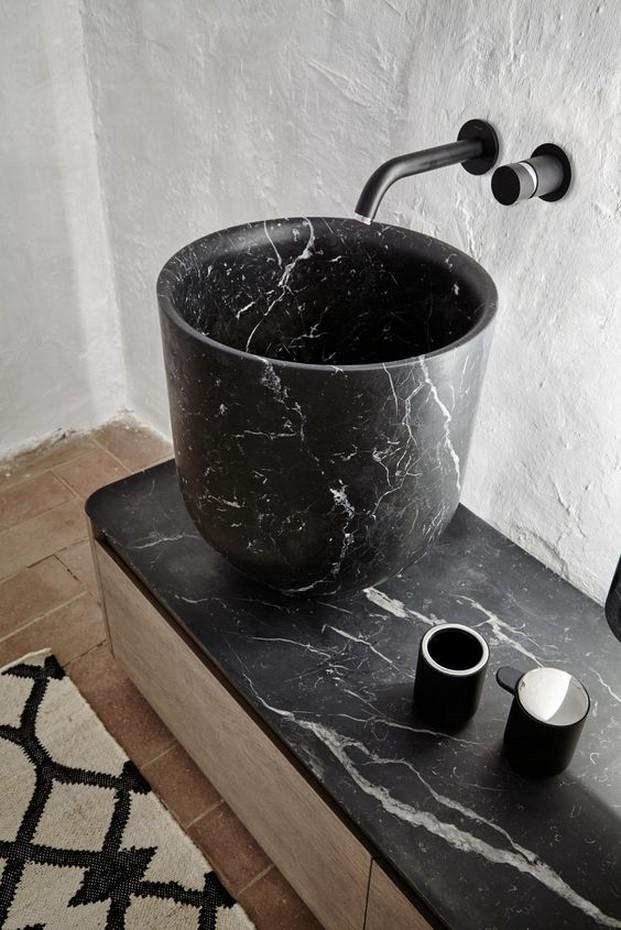 reformas en el bano de lavamanos con marmol negro