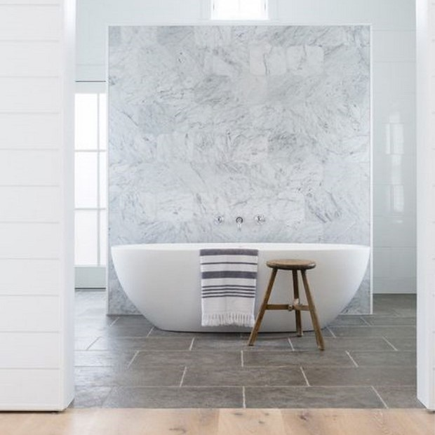 Tabique demármol blanco enla reforma de un proyecto de baño Bañera