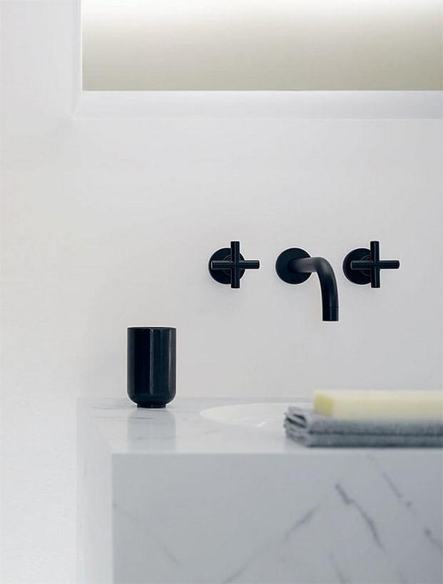 detalle reformas en el bano lavamanos con marmol blanco