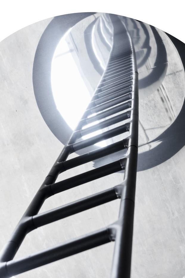 instalacion portal de la arquitecto snohetta en el barrio de brera en milano de erik eorgensen escalera de tapizado al infinito fuorisalone diariodesign