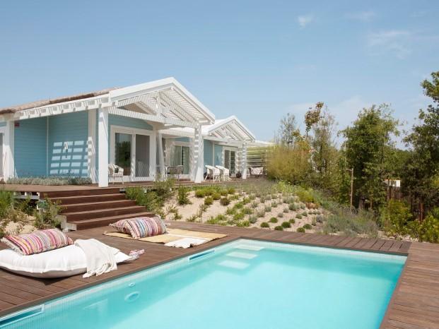 piscina en las casas de madera de Saaranha & Vasconcelos diariodesign