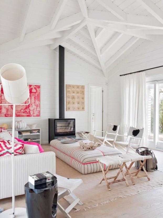 imagen interior con chimenea de casas de madera Saaranha & Vasconcelos en comporta diariodesign