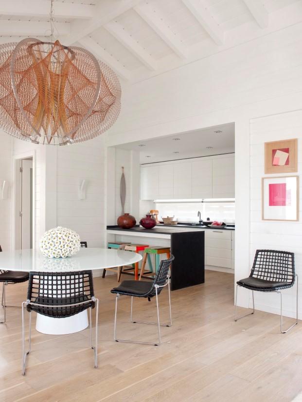 cocina abierta en casa de madera de Saaranha & Vasconcelos en comporta diariodesign