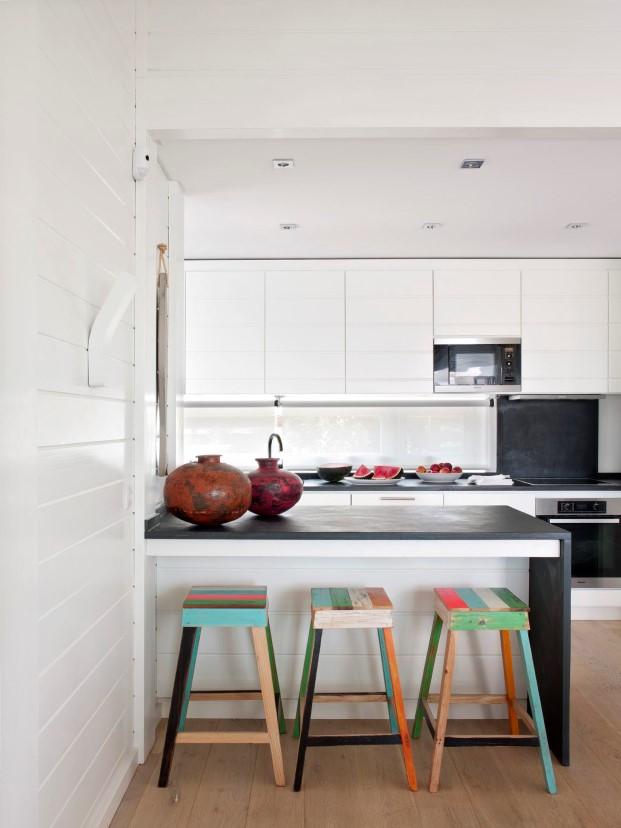 barra de cocina en casas de madera de Saaranha & Vasconcelos en comporta diariodesign
