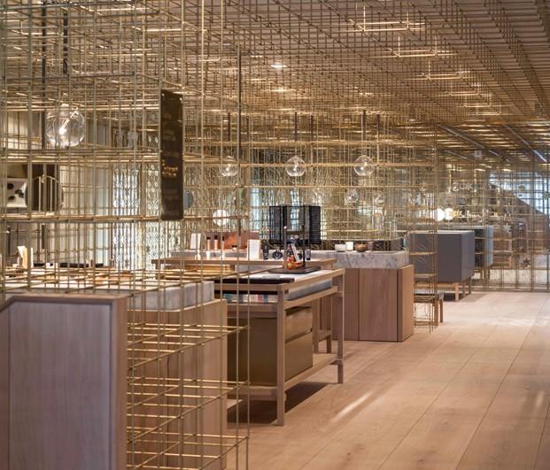 juego de espejos en tienda en seul de sulwhasoo con latón del estudio de arquitectura neri hu en diariodesign