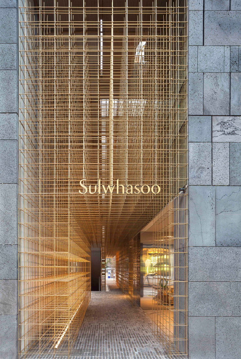 tienda en seul de sulwhasoo con latón del estudio de arquitectura neri hu en diariodesign