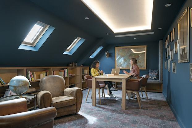 biblioteca en la buhardilla de las oficinas de airbnb parís