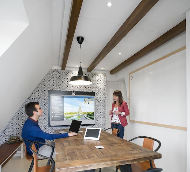 sillas de los hermanos Bouroullec para Vitra en oficinas airbnb parís