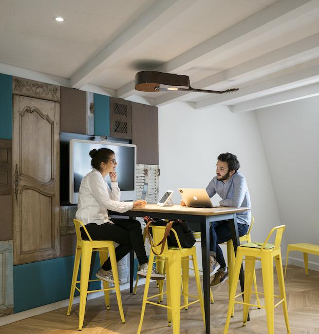 sillas tulix amarillas en las oficinas airbnb en parís