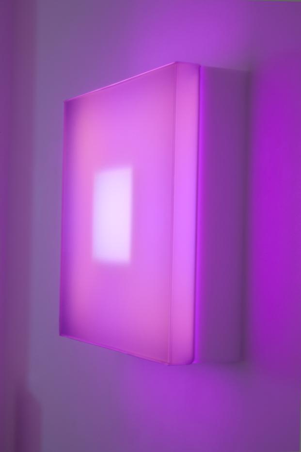 cajas con luz led rosa de brian eno en madrid