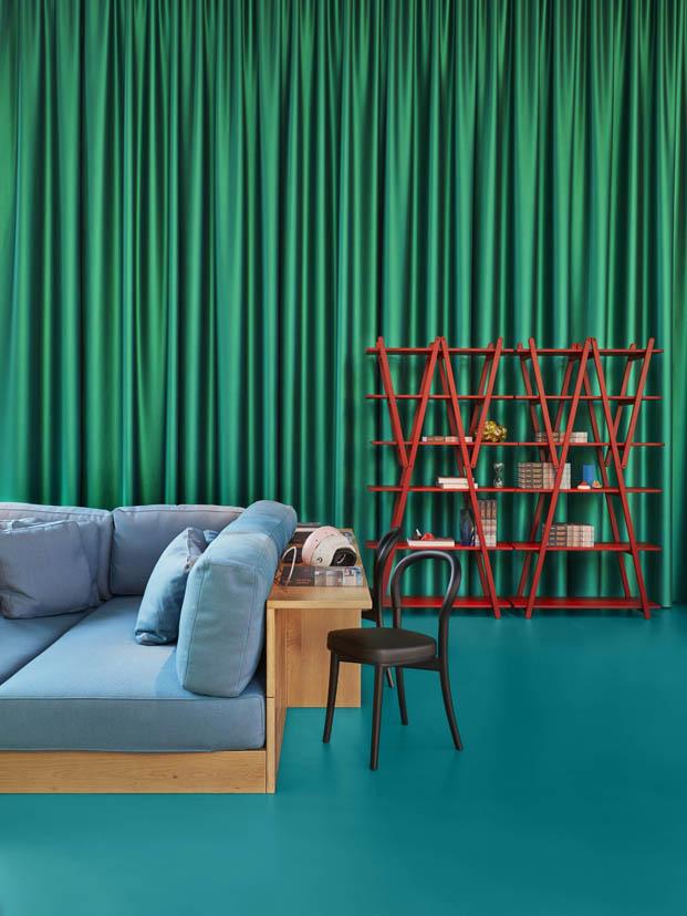 verde y azul en la casa del futuro de cassina en milan