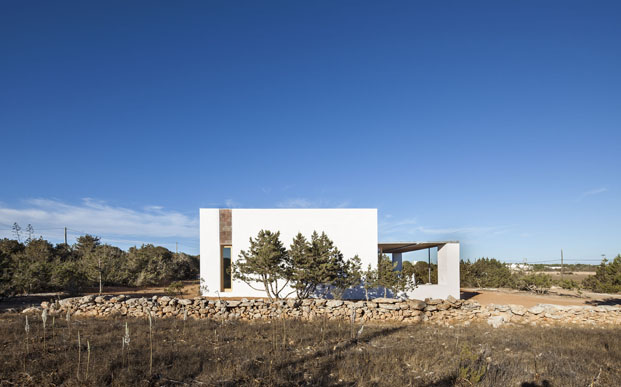 fachada posterior de casa en formentera de arquitecto Marià Castelló Martínez