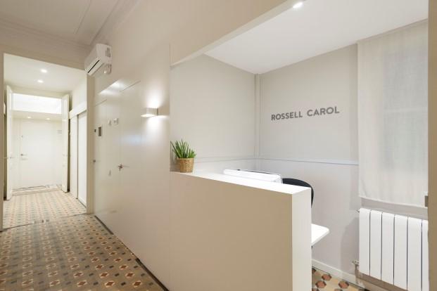 recepcion de La clinica dental Rossell Carol está situada en un piso tradicional del ensanche de Barcelona