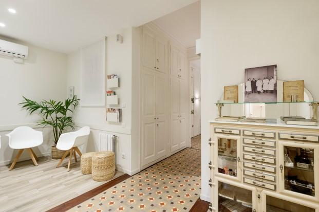 muebles vintage en la clinica dental Rossell Carol del ensanche de Barcelona