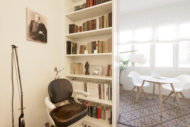 sala de espera de la clinica dental Rossell Carol está situada en el ensanche de Barcelona