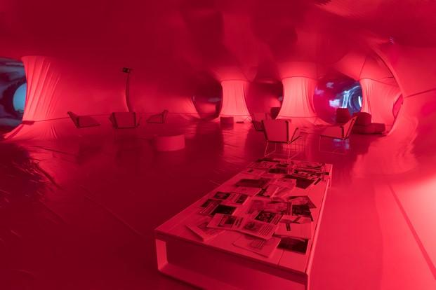 naves matadero madrid instalacion en rosa Plastique Fantastique