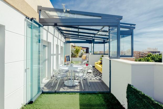 techo movil con cortinas de cristal