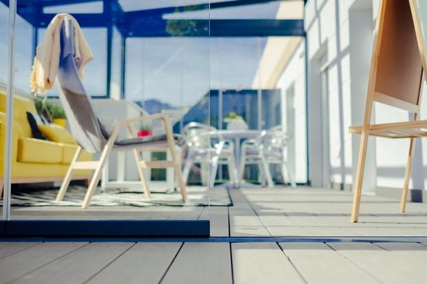 cortinas de cristal para ampliar espacio en una vivienda