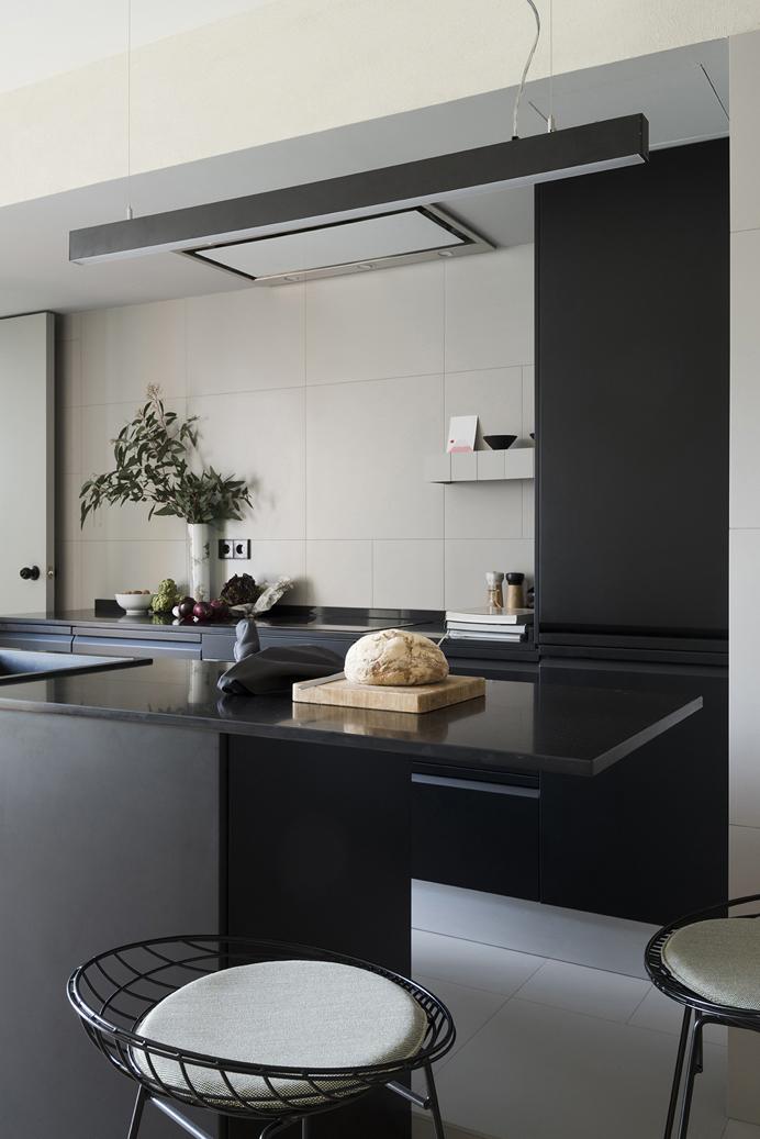 cocina negra en un pequeño apartamento