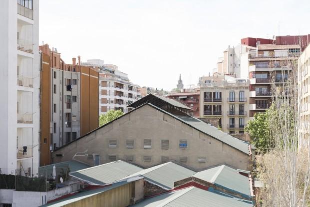 vista desde un pequeño apartamento en el barrio de sant antoni de barcelona