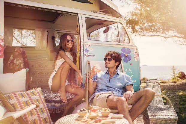 jovenes en furgoneta Volkswagen de desigual living campervan suite diariodesign