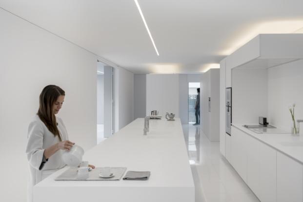 cocina blanca de casa en valencia de fran silvestre arquitectos
