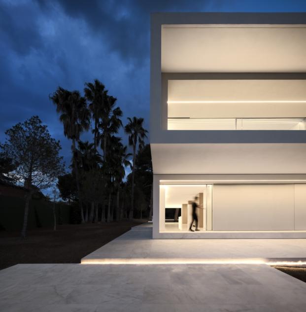 vista nocturna de casa en valencia de fran silvestre arquitectos