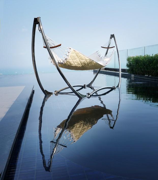 Hamacas de Trinity mobiliario exterior en una piscina en diariodesign