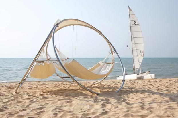 Hamacas de Trinity mobiliario exterior en una playa en diariodesign
