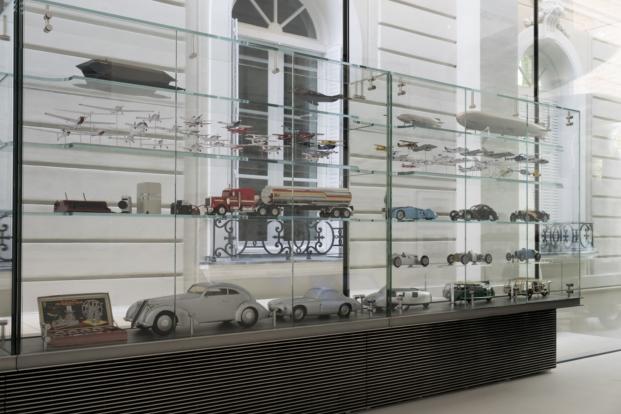 coleccion de objetos en la sede de la norman foster foundation en madrid