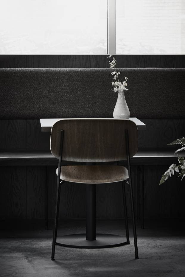 detalle mesa y silla de restaurante en copenhague naervaer de norm architects
