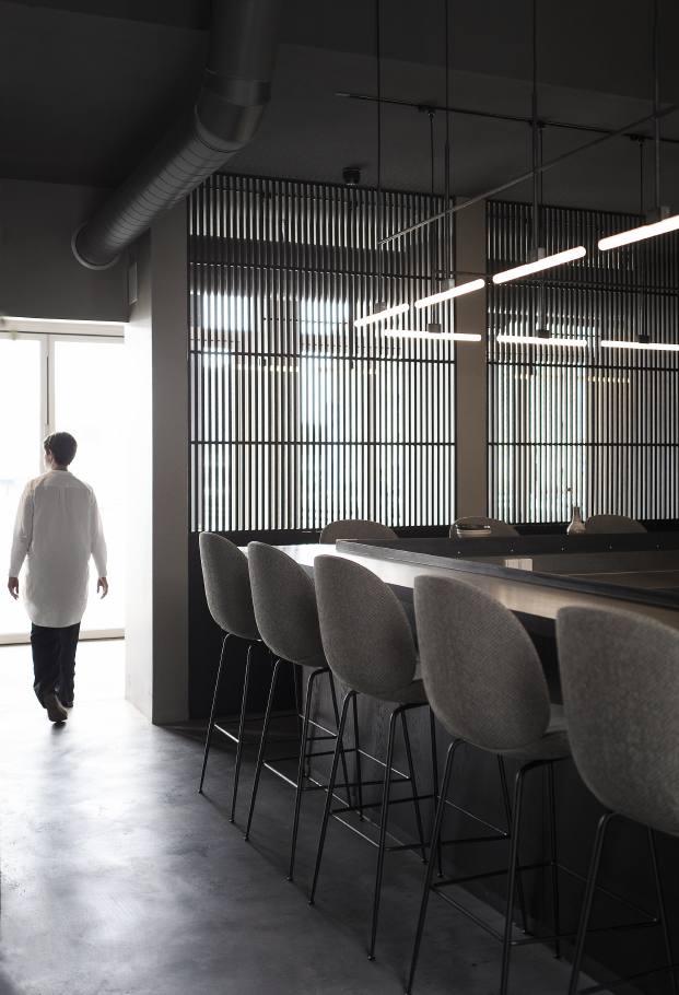 barra del restaurante en copenhague naervaer de norm architects