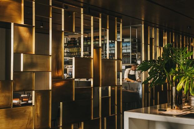 Celosía de latón en restaurante. Tendencias interiorismo: el latón está de moda.