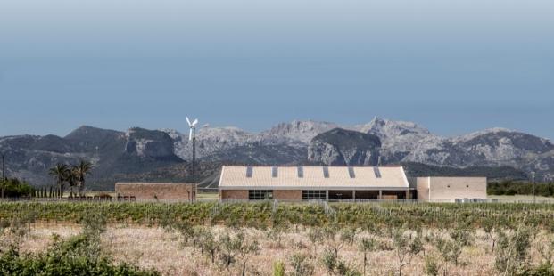 fachada sur de son juliana arquitectura sostenible de munarq arquitectes diariodesign