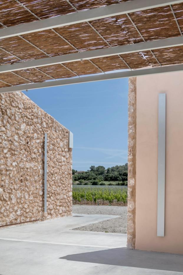 porche de cañizo de las bodegas son juliana arquitectura sostenible de munarq arquitectes diariodesign