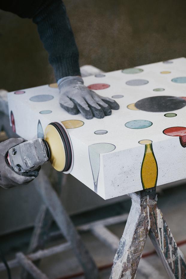 taller piezas de terrazo de alvaro catalan de ocon para cervezas alhambra en madrid