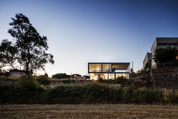 imagen noctura de vivienda con cerramientos de aluminio technal