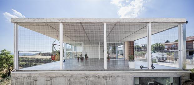imagen fachada posterior de vivienda con cerramientos de aluminio technal