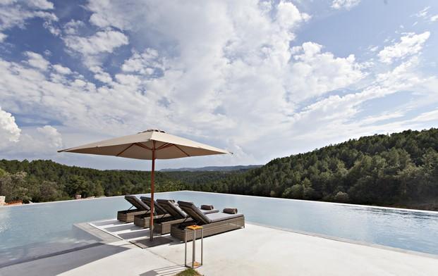 piscina de la casa rural Hotel La Vella Farga en el solsones