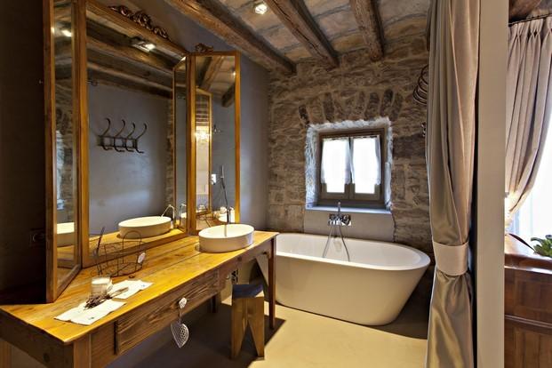 bano en la casa rural Hotel La Vella Farga en el solsones