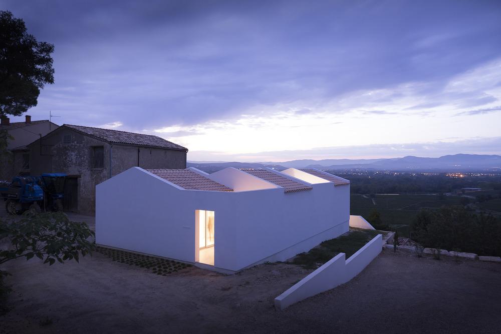 casas minimalistas con vistas nocturnas en francia
